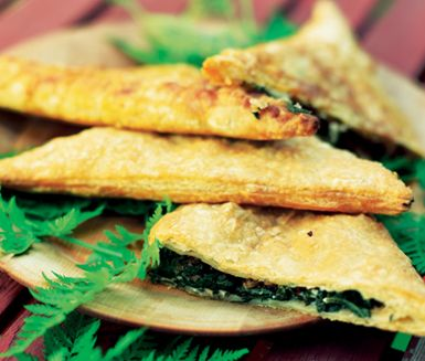Dessa grekiskinspirerade härliga smördegspiroger med fetaost, spenat, vitlök och hasselnötter svänger du ihop på under en timme! Passar utmärkt som mingelmat eller på buffébordet!