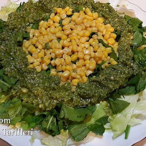 Salatasız bir yemek düşünemiyorum.  Pesto Sos  Pesto sos değişilikler gösterse de birbirine benzer. Balık restoranlarında nasıl yaptılar dediğimiz, sos, bu genelde. Kolay bulabileceğiniz malzemelerle nefis bir sos. Afiyet olsun.  Malzemeler 1 bağ fesleğen (fesleğeniniz az veya kokusu baskın olmasın diyorsanız roka ilave edin). 1 dilim yağsız beyaz peynir (permesan peyniri veya tulum peyniri olabilir). 1 fincan fıstık 1 fıncan ceviz Yarım çay bardağı zeytinyağı Konserve mısır (istediğiniz…