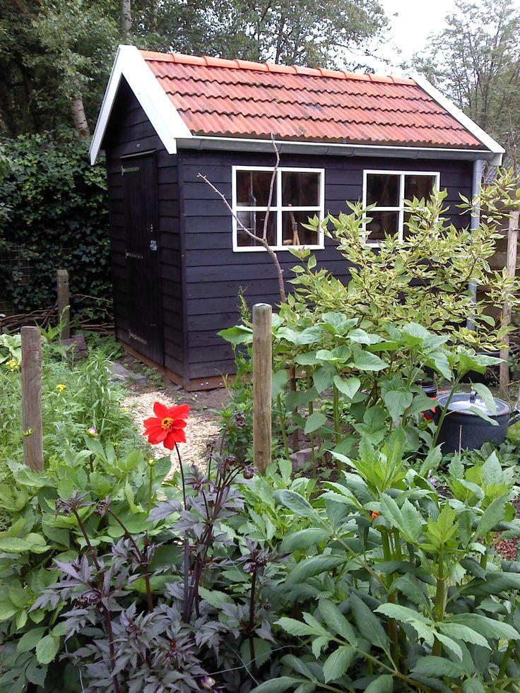 Garden shed painted with Allbäck linseed Oil Paint Black   Schuurtje geschilderd met Allbäck lijnolieverf, kleur zwart