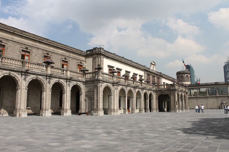 El Castillo de Chapultepec en la Ciudad de Mexico. Se empezó a construir en 1776 por ordenes de la monarquía española. Después permaneció abandonado durante la batalla de Independencia para luego convertirse en un colegio militar. // Began construction in 1776 by the orders of the Spanish monarchy. Later, it was abandoned during the battle of Independence and after that it became a military academy.