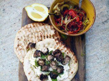 Рецепты для гриля. Сувлаки с цацики  И снова они – рецепты для гриля. Сувлаки с цацики – греческий рецепт. Да здравствует интернационал на наших тарелках!