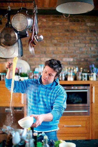 Ο Jamie Oliver μας δείχνει πώς να βάζουμε στο τραπέζι ένα ολόκληρο γεύμα σε 30 λεπτά! Όχι µόνο ένα πιάτο αλλά ένα ολόκληρο μενού µε υπέροχα πιάτα.