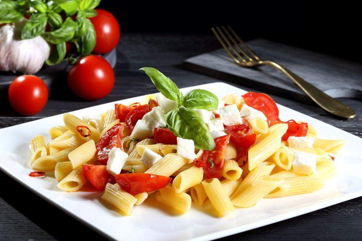 É tempo di piantare basilico e pomodori! Fra un mese potreste così gustarvi un'ottima #pasta #tricolore: basilico, pomodoro e mozzarella #veg :)