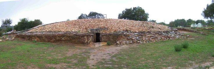 MAMOA DE ALCALAR, Portimão. Megalithic complex consisting of about 12 tapirs corridor with traces of mamoa (tumulus).