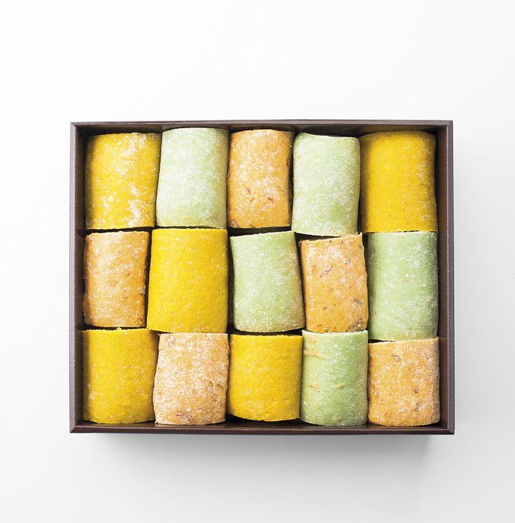 PAIN COULEUR 30 mini-sandwichs pour 5-6 personnes : - menthe thon, concombre - tomate, carpaccio de bœuf et pesto - curry, poulet et pomme