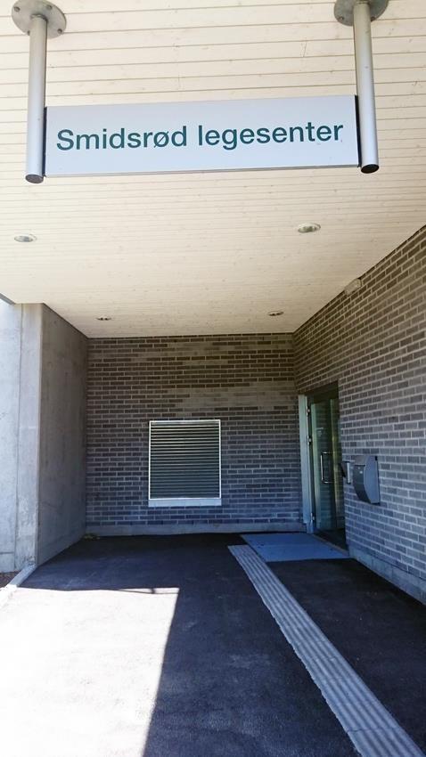 Inngang Smidsrød legesenter sett utenfra (foto) - Klikk for stort bilde