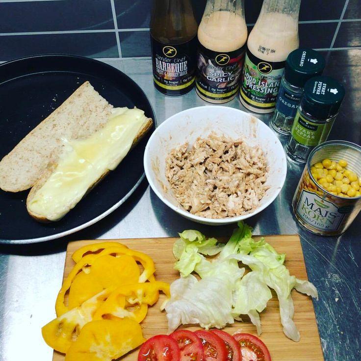 Hemmagjord varm subway-macka med en egen pulled chicken, smält ost, grönsaker och slenderchef såser😏👌🏼 #myfood #kyckling #myrecipe #tuna #melt #tonfisk #toast