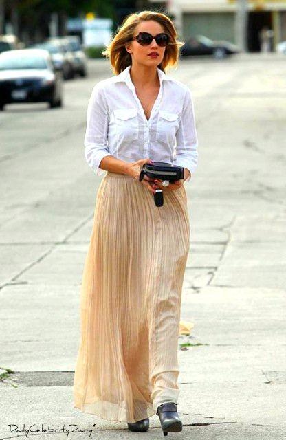 ディアナ・アグロンがロングプリーツスカートを履いている画像