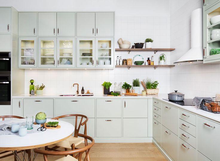 Letar du efter ett klassiskt slätt kök i lindblomsgrönt? Då ska du titta på det här köket med köksluckan Bistro. Hitta din köksinspiration hos Ballingslöv!
