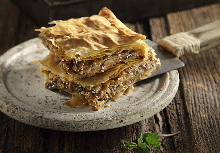 Τραγανή μανιταρόπιτα από τον Άκη. Εύκολη και γρήγορη συνταγή για πίτα με μανιτάρια που μπορείτε να απολαύσετε όλες τις ώρες.