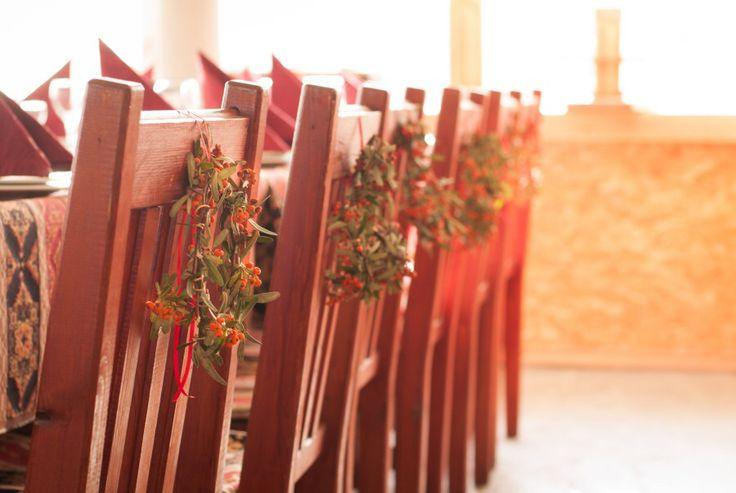 """Украшение стульев веночками из облепихи для свадьбы в стиле """"Эко""""."""