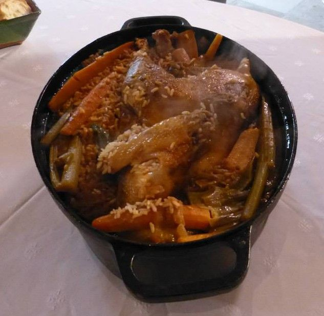Retrouvez ci-dessous la délicieuse recette de poule au riz de Mamé. Mais avant, petit retour sur la préparation de ce plat provençal. Récemment, Eric Marra, Délégué de la Culture et de la délégation 13 de l'Académie Nationale de Cuisine (ANC), est venu tourner à Château Virant de Lançon la 1ère édition de la nouvelle émission …
