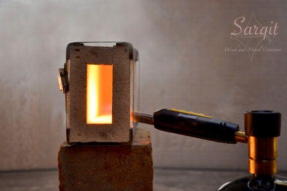 WIRD NICHT VOR WEIHNACHTEN EINTREFFEN.  Diese Mini-Gas-Schmiede dient als ein Ziegelstein Schmied schmieden. Es ist ein einfach zu bedienen und hoch effiziente Schmiede-System, perfekt für das Schmieden von Messern und Wärmebehandlung, sowie Werkzeug schmieden.  Ein Ziegel-Schmiede ist einfach zu installieren mit einem Propan-Brenner oder MAPP Gas Fackel. Bei sachgemäßer Anwendung die Hitze Aufbewahrung Effizienz dieser Schmiede können schnell Metall bis kritische Temperatur bringen.  Wir…
