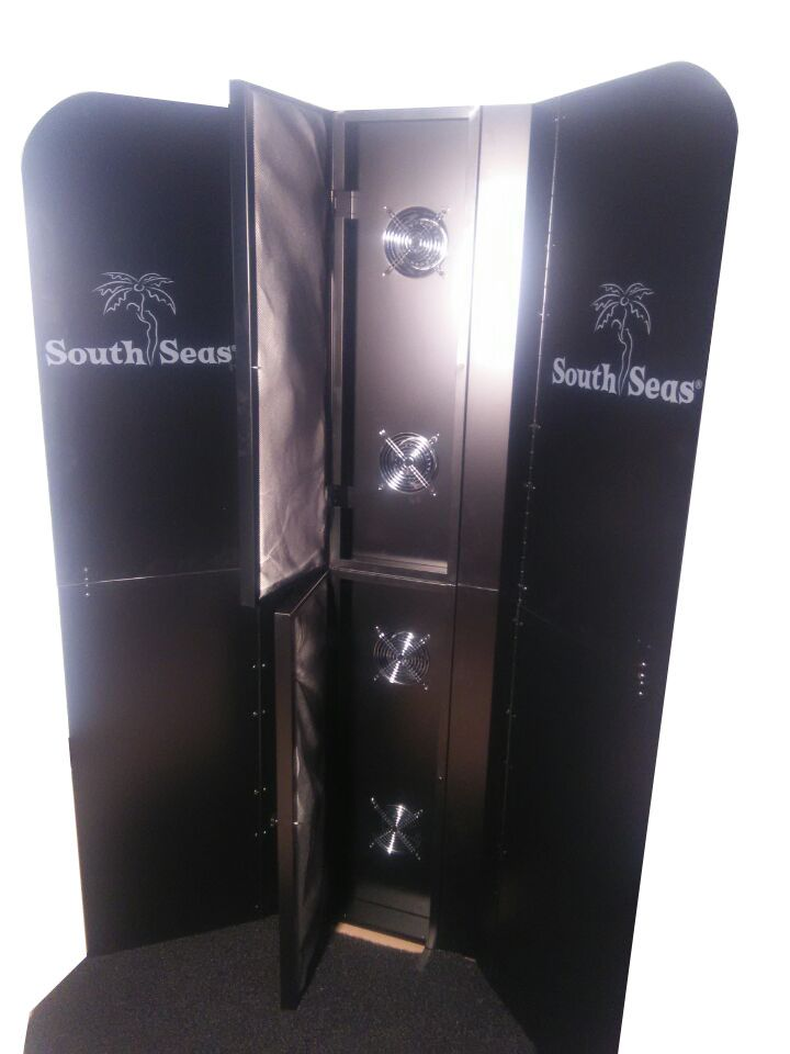 Spray tan booth with extraction function