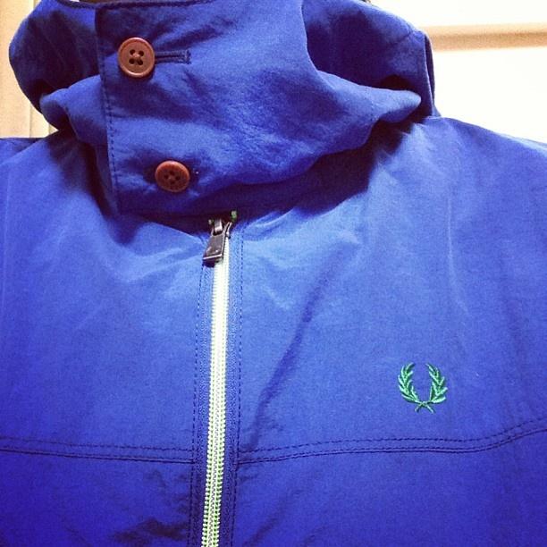 フレッドペリーの青いメッシュパーカを手に入れた。 ジッパーもグリーンラインで爽やか。