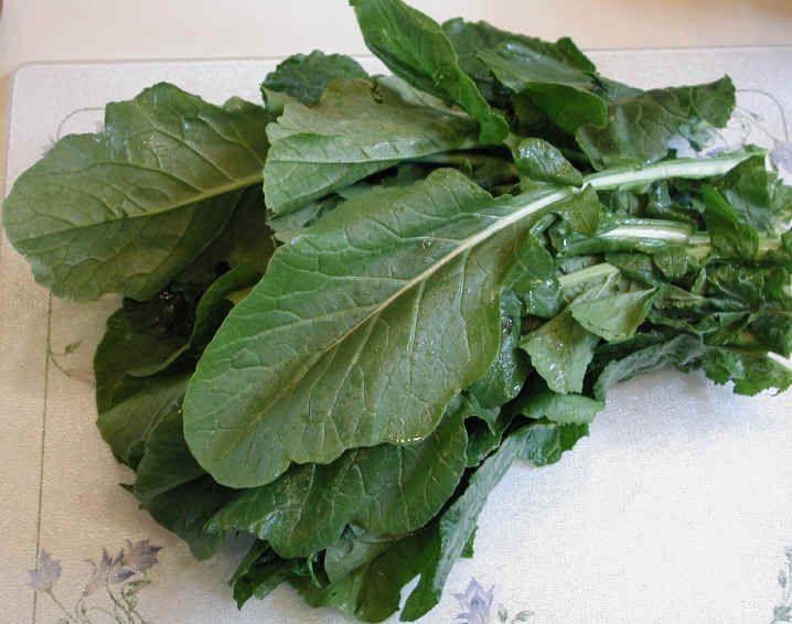 MESS O GREENS SALAD WITH WARM PECAN VINAIGRETTE // http://www.myrecipes.com/recipe/mess-o-greens-salad-with-warm-pecan-dressing //