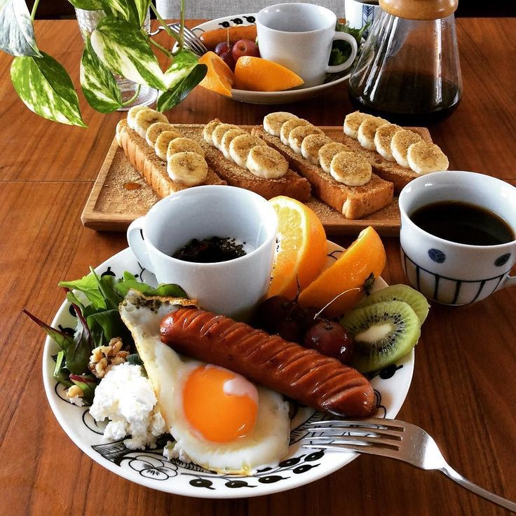 おそようございます いつも同じような#ブランチ ですみません 今日は夫婦でお休みです ジム前の 本日のメニュー 全粒粉パンで#バナナトースト(胡麻&アーモンド&きな粉をかけて) #ジョンソンビル 目玉焼き カッテージチーズと胡桃のサラダ 豆乳グルト(#チアシードドライベリー) フルーツ コーヒーは丸山珈琲の茜すみれ 今日買って来なきゃ No Coffee No Life ちなみに私はパンは1枚だけいただきました これからみっちり2時間鍛えてきまーす #MEC食#糖質制限#低糖質#ローカーボ#lowcarb#低GI#ダイエット#diet#ダイエッター#食べてキレイに痩せたい#ジム#gym#筋トレ#2人ごはん#おうちごはん#美容食材#アラフォー#アンチエイジング#ボディメイク#美容体重#ダイエット成功#arabia#coffee#chemex#brunch by mec_gourmet_diet