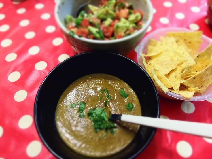 Soupe d'haricots noirs et salsa d'avocats