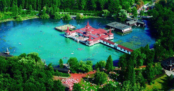 Najväčšie termálne jazero Hévíz v Európe máme len na skok. Využite ho na príjemný výlet s blahodárnym účinkom pre telo. Maďarsko, miesta, mestá,