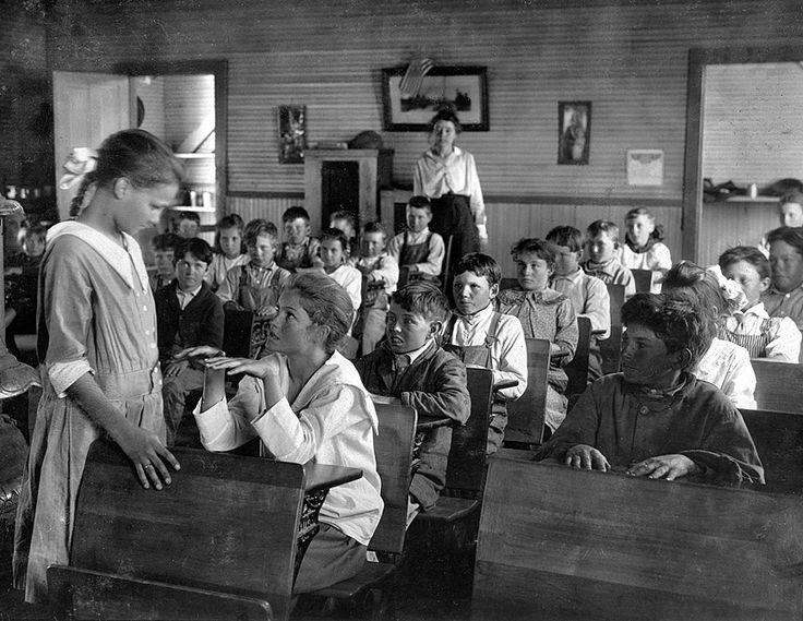 Inspección diaria de los dientes y las uñas en un colegio de Oklahoma, 1917. Shorpy Cada día se realizaba una minuciosa inspección de los dientes y las uñas en muchos colegios, éste de Oklahoma. Los alumnos mayores hacían la inspección bajo la supervisión del profesor que vigila atenta los resultados.