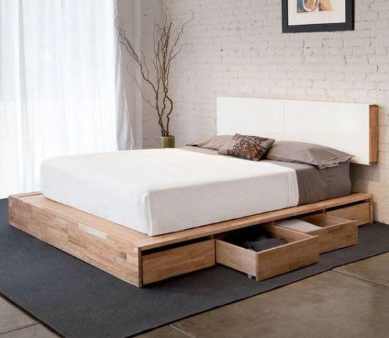 Минималистичная кровать с двигающимися по полу ящиками. .