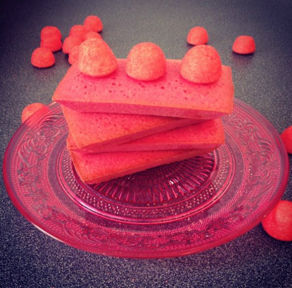 les #Financiers #Tagada La #Recette ici : http://cuisine.journaldesfemmes.com/recette/357713-financiers-aux-fraises-tagada