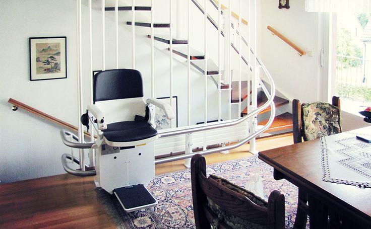HIRO 160 im Eingangs-Foyer eines Privathauses. Wie Sie Ihren Treppenlift an das eigene Wohnambiente anpassen lesen Sie im http://blog.hiro.de/2015/12/07/neue-gestaltungsmoeglichkeiten-fuer-treppenlifte-von-hiro/