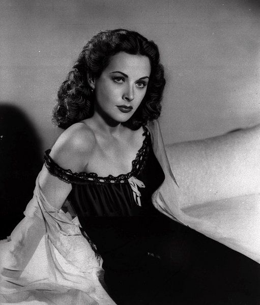 Ein Bild von einer Frau:  Schauspielerin Hedy Lamarr auf einem Foto von 1946, aufgenommen in den USA. Die Frisur der brünetten Schönheit wurde vielfach von Kolleginnen kopiert. Lamarr setzte Modetrends im Hollywood der dreißiger und vierziger Jahre, war aber in ihren Filmen oft nur als schmückendes Beiwerk zu sehen.