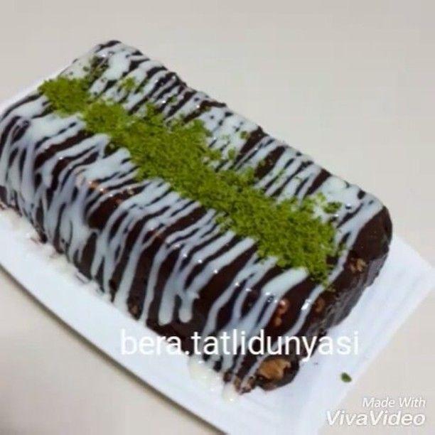 Iyi aksamlar 🙋🙋 Sizlere harika bir çikolatalı pasta tarifim var 😉 🍰Malzemeler🍰 1paket çikolatalı puding(tarife göre uygulayın. Sogumasını bekleyin) 2 paket petibor bisküvi Üzeri icin beyaz çikolata sosu  Üzeri icin antep fıstığı Üzeri için böğürtlen 👉👉Yapılışı:pudingi tarife göre uygulayın. Ilık olunca baton kek kalıbina streçleyerek bisküvileri şekildeki gibi dizip aralarına puding sürelim. En son kalan kremayi uzerine surunuz ve buzdolabinda en az 3veya 4 saat bekletiniz ters…