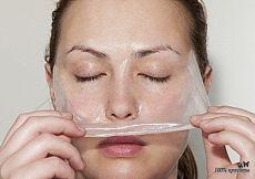 Домашняя маска-пиллинг — всего 2 ингредиента. 1ст. ложка желатина + 2ст ложки молока. Дать набухнуть.10-15 секунд в микроволновке. Нанести сразу на лицо и через 15 мин снять пленку маски. После маски обещают кожу, как попа младенца.