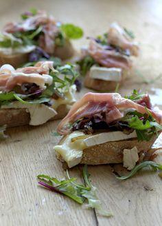 Bruschetta met prosciutto, gecarameliseerde uien en camembert
