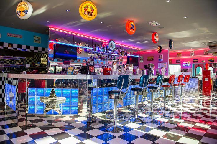 Le #design des restaurants Memphis Coffee sort tout droit des #fifties ! Plongez dans les années 50 ! #rockabilly #deco #diner #US