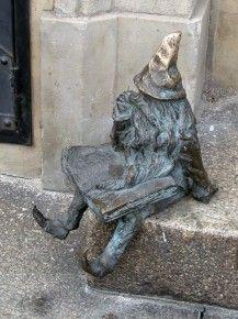 A gnome in Wrocław, Poland  Krasnoludek we Wrocławiu, w Polsce  http://www.miejscadzieci.pl/trasy/spacer-szlakiem-krasnoludkow/