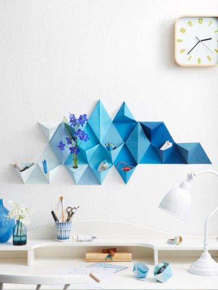 Ordnungshüter und Wandkunst in einem: Dieses Papier-Utensilo ist ein echtes Allroundtalent. Wir zeigen Ihnen wie Sie das Teil selber basteln können.