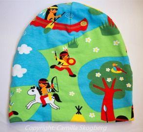Mössa- indianer   Camillas Barnkläder Populär mössmodel i färgglatt ekologiskt Jerseytyg (GOTS). 120 kr Samma tyg används som foder. Finns i storlek 44-58.