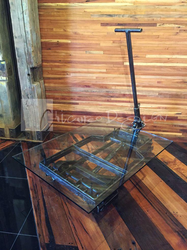 Chicureo Design. Transpaleta antigua de fierro con reguladores de nivel para cristal de 15 mm transformado como mesa de centro. www.chicureodesign.cl