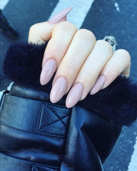 '90s acrylic nails are making a SERIOUS comeback.