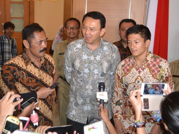 Basuki menjawab pertanyaan wartawan