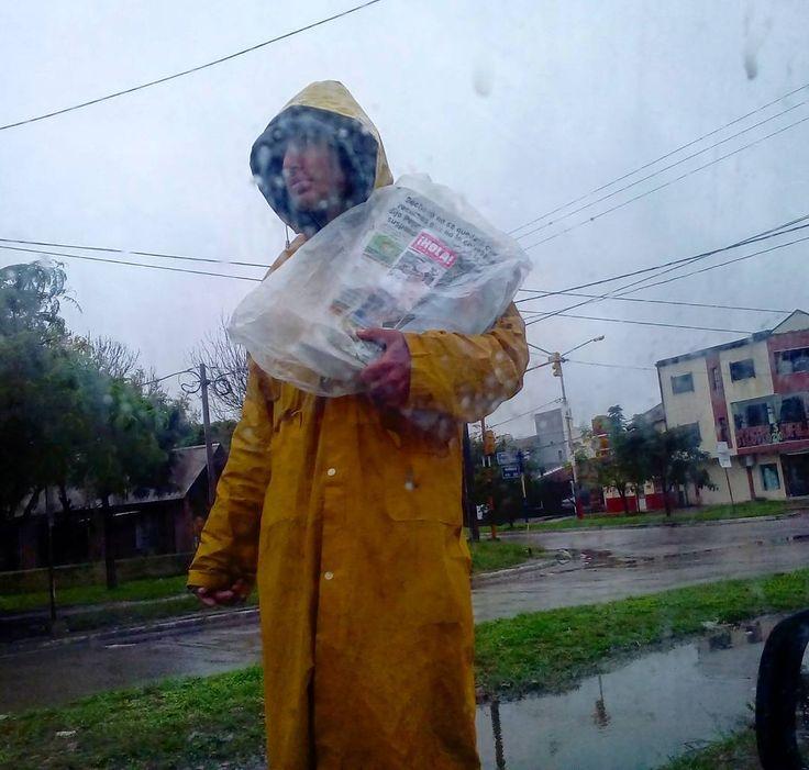 Sacrificado vendedor de diarios bajo la lluvia. Una tarea en decadencia en estos tiempos digitales. #news #vendedor #street #rain #resistencia #chaco