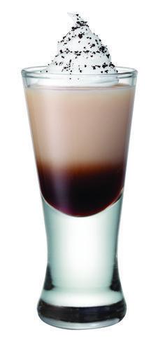 """Smirnoff Whipped Java 1 oz Smirnoff crema batida sabor de vodka 0,25 oz Licor Café condimentado 0,25 oz de café con sabor a licor de Bailey crema batida para ingredientes Adorne Mezclar en una coctelera con hielo, servir en copa de tiro. Decorar con crema batida. Ahora, agitar """"eso"""" como una foto Polaroid."""