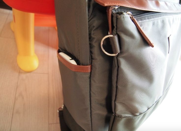 A side pocket is available for easy and quick reach to your smartphones!
