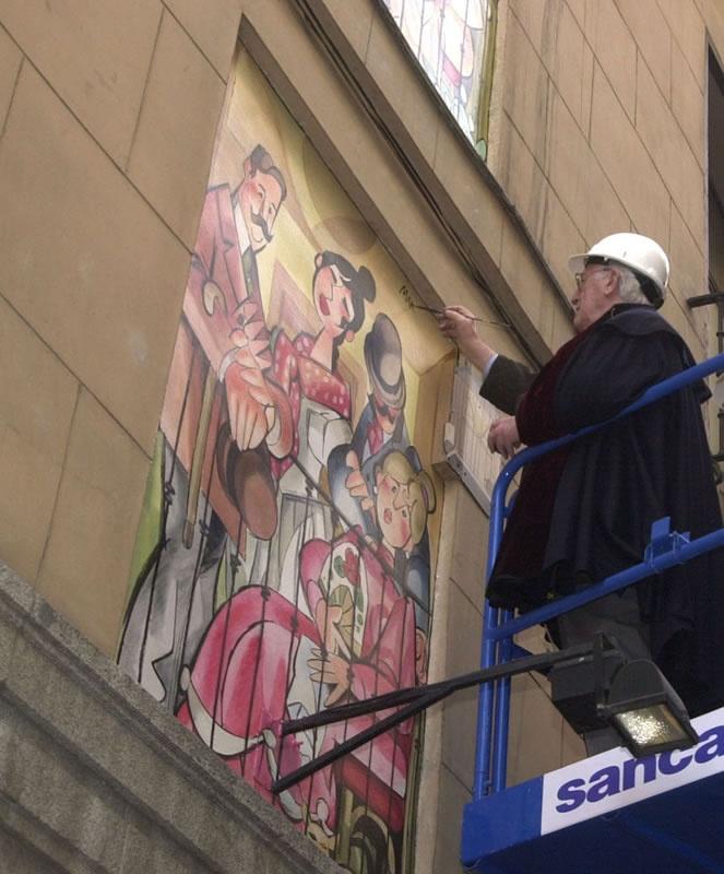 Antonio Mingote pintando una fachada en la calle de la Sal.