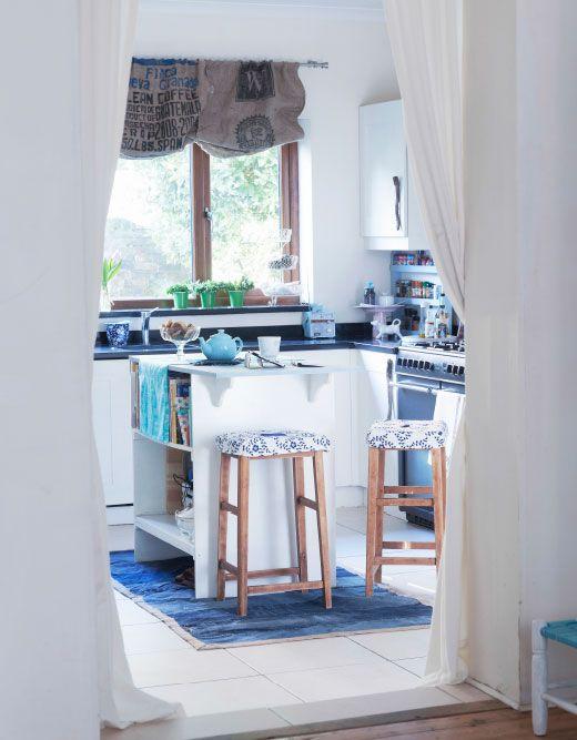 Cocina con persianas caseras hechas con sacos de café.