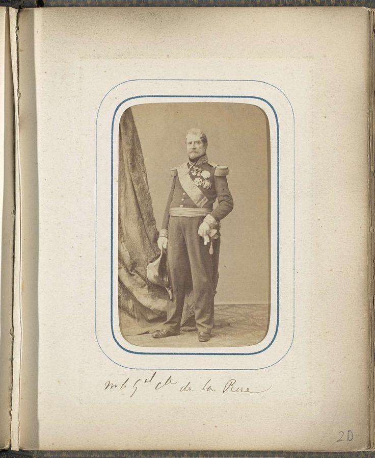 Mayer & Pierson | Portret van generaal graaf De la Rue, Mayer & Pierson, c. 1860 - c. 1865 | Onderdeel van Fotoalbum met 24 cartes-de-visite van Franse personen.
