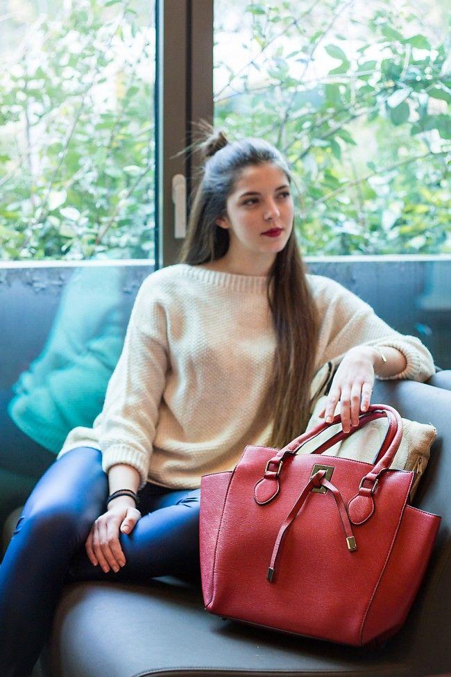 Hot Dark Red Handbag Τσάντα χειρός σε σκούρο κόκκινο με μεγάλη χωρητικότητα και λουρί που αυξομειώνεται για να φοριέται και χιαστί. 26,90 €