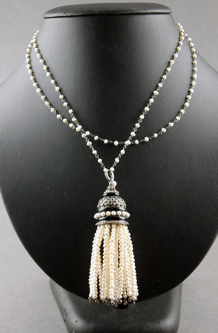 Double chaîne sautoir en or noirci 750°/°° alternée de perles et rehaussée d'un pompon en or noirci serti de diamants bruns et de perles de culture, Poids brut: 28,1g  Estimation : 2.800/3.000€