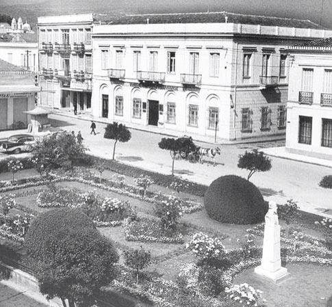 Το κτίριο που σήμερα βρίσκεται η Εθνική Τράπεζα κολλητά με τη Στοά Βαρβουτσή απο τη πάνω μερία και απο τη κάτω η σημερινή Τράπεζα της Ελλάδας