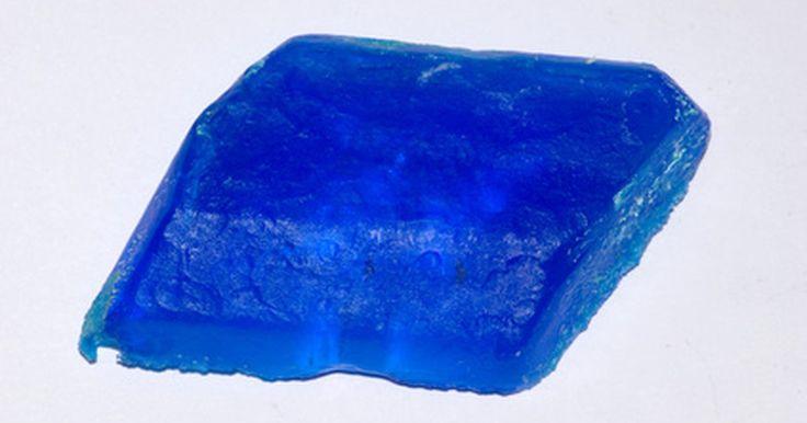 Como fazer uma solução de sulfato de cobre. O sulfato de cobre é um composto químico de fórmula molecular CuSO4 e pode ser sintetizado em laboratório através da reação entre o óxido de cobre e ácido sulfúrico. O sulfato de cobre possui muitos usos, desde fungicida e herbicida na agricultura, até a criação da coloração azul em fogos de artifício ou no chapeamento de cobre. Esse composto é ...