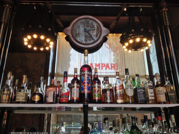 Im Herzen von Mailand einen Aperitif genießen? Das machst du am besten in der Bar Campari. Die Bar findest du in der Galleria Vittorio Emanuele II zwischen dem Mailänder Dom und der Scala. http://www.camparino.it/