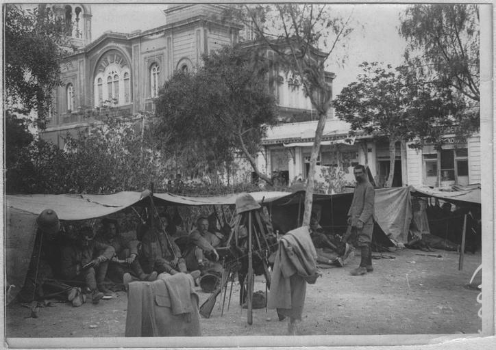 Opérateur K (code armée, photographe) - Débarquement des troupes françaises au Pirée (10-12 juin 1917). Troupes françaises campées au Pirée sur la place Constantin. Dans le fond: l'église saint-Constantin.